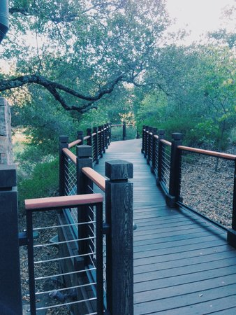 Calistoga Ranch, An Auberge Resort: Walkway leading to the Lakehouse Restaurant