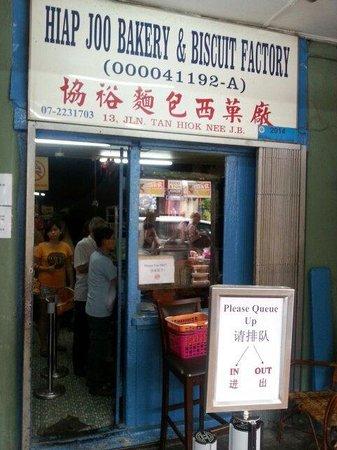 Hiap Joo Bakery: Small little entrance