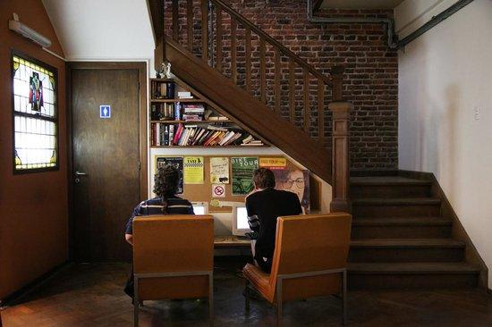 Puerto Limon Hostel: Biblioteca