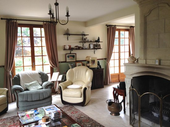 La Butte de Launay: The welcoming elegant sitting room