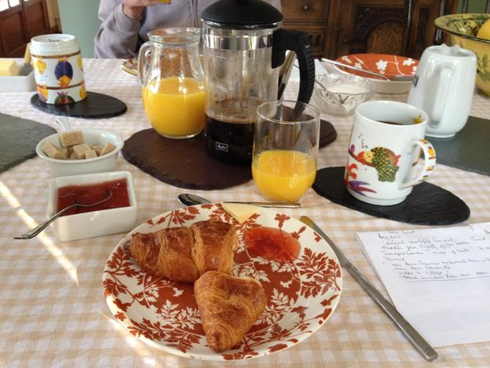 La Butte de Launay: Breakfast including warm croissants, home made jam and lots of coffee