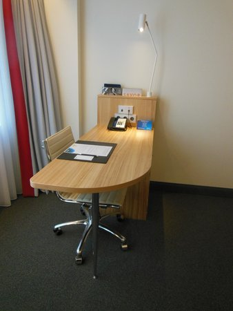 Radisson Blu Waterfront Hotel: The modern desk in the room got plenty of natural light