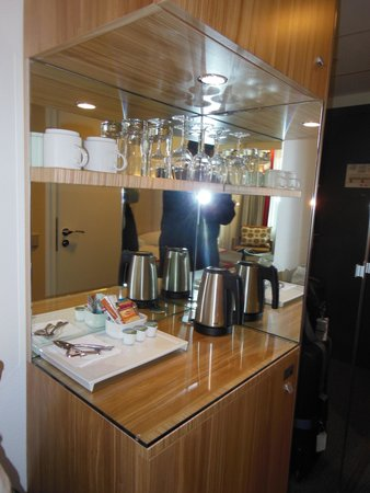 Radisson Blu Waterfront Hotel: The coffee service area in the room was a welcome sight