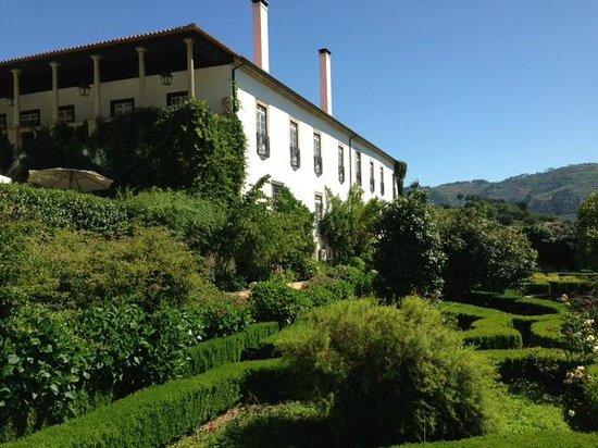 Hotel Rural Casa dos Viscondes da Varzea: View of the main house and gardens