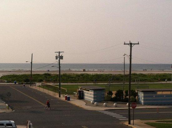 Crystal Beach Motor Inn: Morning view from third floor balcony