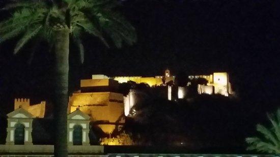 Aire Hotel & Ancient Baths : detallle de la Alcazaba de noche desde la terraza al aire libre