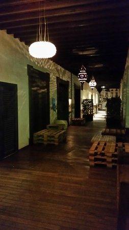 Aire Hotel & Ancient Baths : zona de descanso delante del hotel.