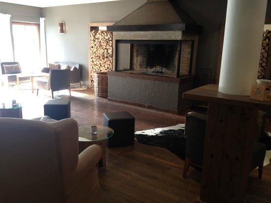 Q! Resort Health & Spa Kitzbühel: Kamin in der Bar