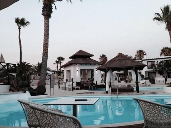 SENTIDO H10 White Suites: el entorno de la piscina desde el bar