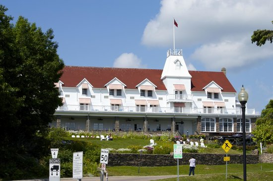 Windermere House Resort & Hotel: Front of Hotel from the Pier across the road