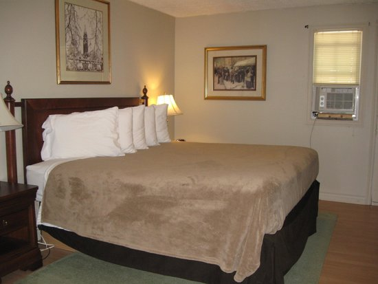 Midtown Motel & Suites: King Size Bed