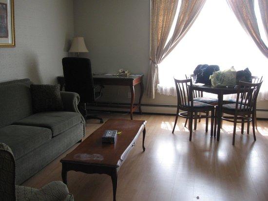 Midtown Motel & Suites: Nice sitting area