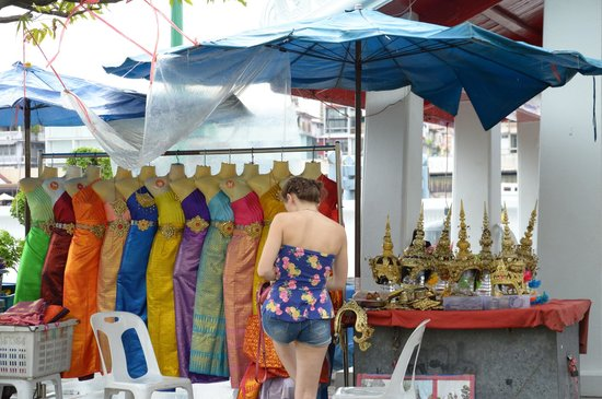 Wat Arun (Tempel der Morgenröte): You can dress up in a traditional Thai costume - against payment, of course