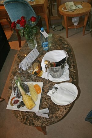 Adams Beach Hotel : champagne and fresh fruit on arrival