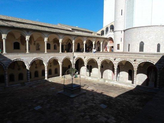 Basilica Papale San Francesco D'Assisi: Il Chiostro