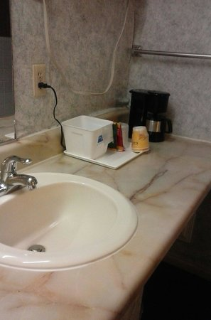 Rodeway Inn & Suites : Clean sink, coffee, vanity area