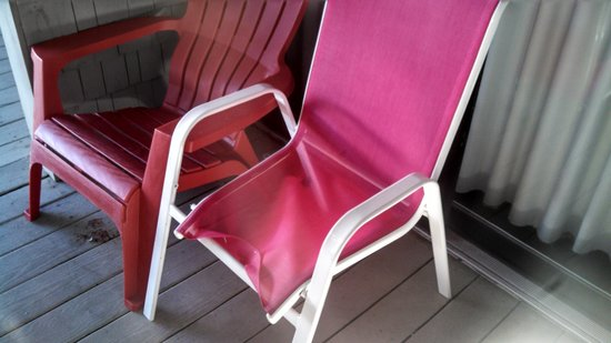 Sea Spiral Suites: broken chair for week