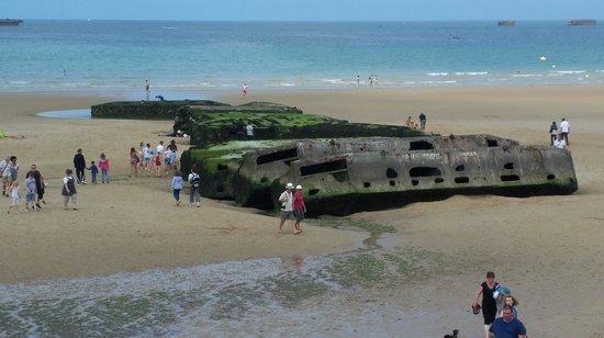 Arromanches 360 : Barges de débarquement sur la plage