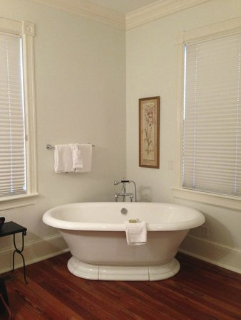 The Beaufort Inn: Cottage bath