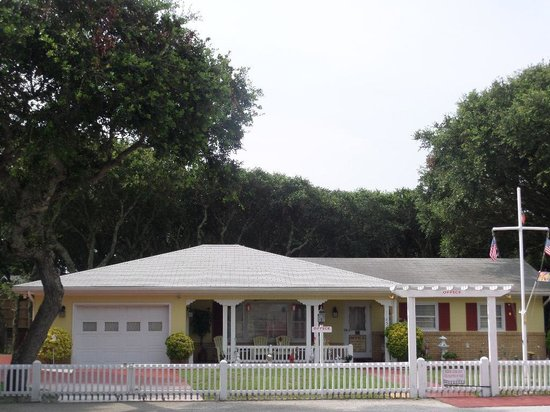 William and Garland Motel: Owners' home with live oaks. Front porch has wifi.