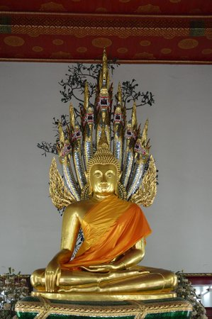 Wat Pho (Templo de Buda reclinado): Another Buddha statue inside another smaller temple