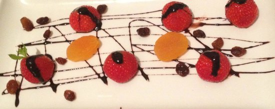 Balcon de Cordoba: Bedtime fruit and chocolate plate