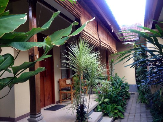 Kuta Puri Bungalows : Rooms down the back of the resort