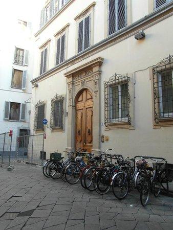 Sani Tourist House: Puerta de ingreso al edificio en donde funciona el hotel