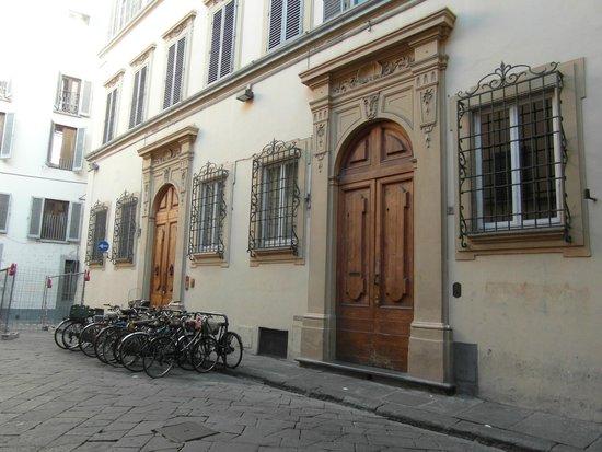 Sani Tourist House : Fachadas sobre la plazoleta frente al edificio del hotel