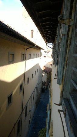 Sani Tourist House: Callecita detrrás del hotel desde la habitación