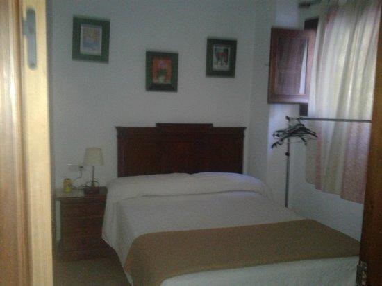 Habitacion de cama de matrimonio con cuarto de baño y con ventana ...