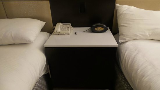 Sofitel San Francisco Bay: End table between beds