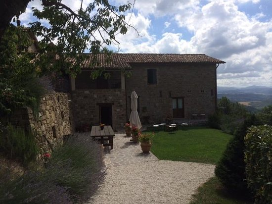 Bellaugello: Outdoor dining area