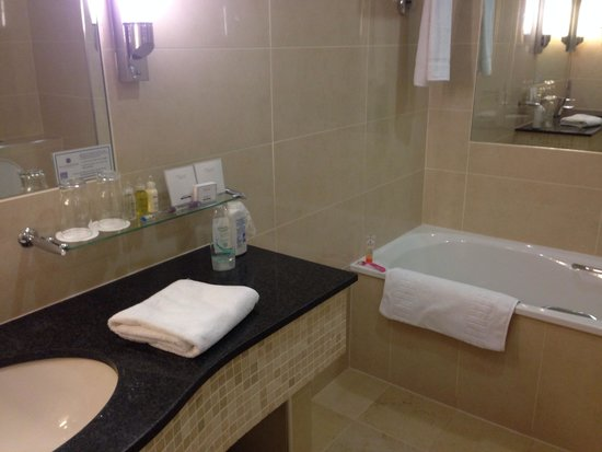 Slieve Russell Hotel Golf and Country Club: Our bathroom