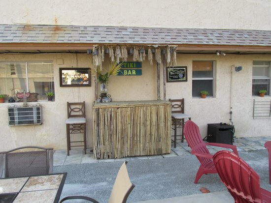Beachcomber Motel: Patio
