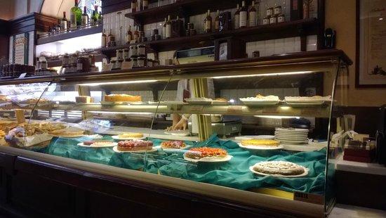 Cantinetta dei Verrazzano: Muchas cosas dulces para elegir!!!