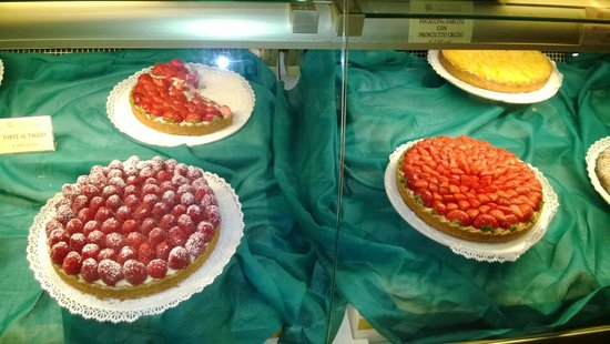 Cantinetta dei Verrazzano: Tartas con fruta fresca...