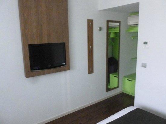 Hotel Campanile Liege Luik : Campanile nouvelle génération : la télé est intégrée au mur