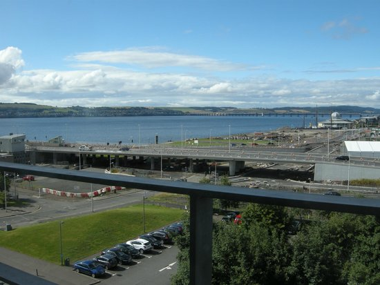 Apex City Quay Hotel & Spa: River Tay view from 5th floor bedroom