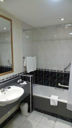 Camden Court Hotel: Standard bath