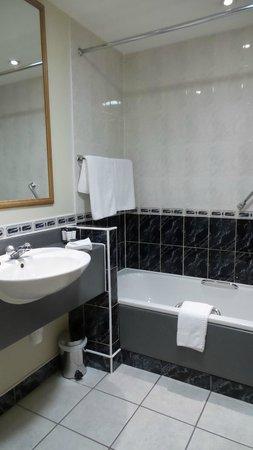 Camden Court Hotel : Standard bath