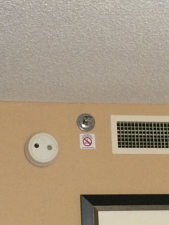 Kansas City Airport Marriott: Popcorn ceilings and old electronic devices in rooms.