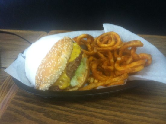 Three Rivers Resort: Quil Burger and fries
