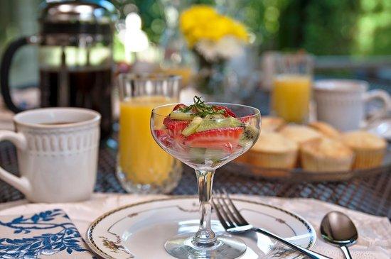 Green Gables Inn: Outdoor Breakfast on the Porch