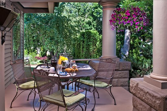 Green Gables Inn: Breakfast on the Front Porch