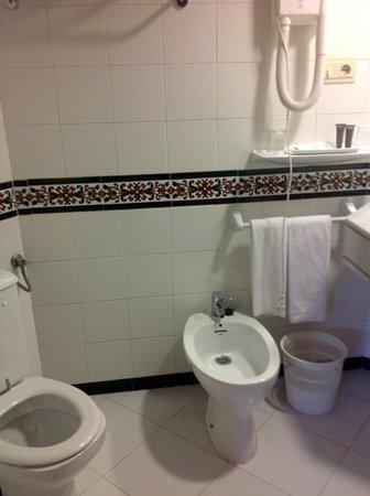 Hotel Alixares: Very clean and spacious bathroom