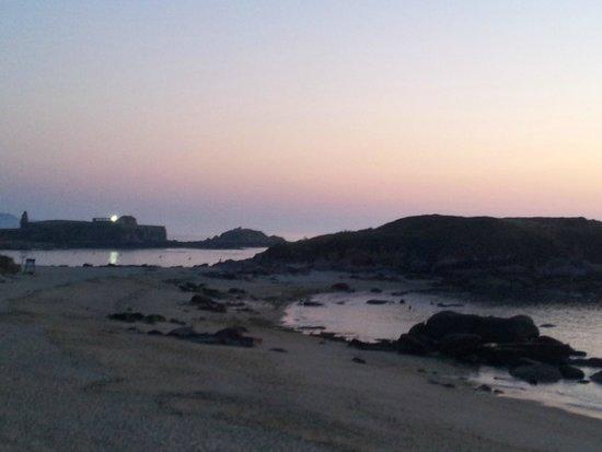 """Hotel Lanzada: Pôr do sol com a ermida da """"Virxe da Lanzada"""" de Fundo"""