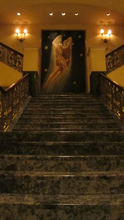 The Marker San Francisco, A Joie de Vivre Hotel: Lobby staircase.