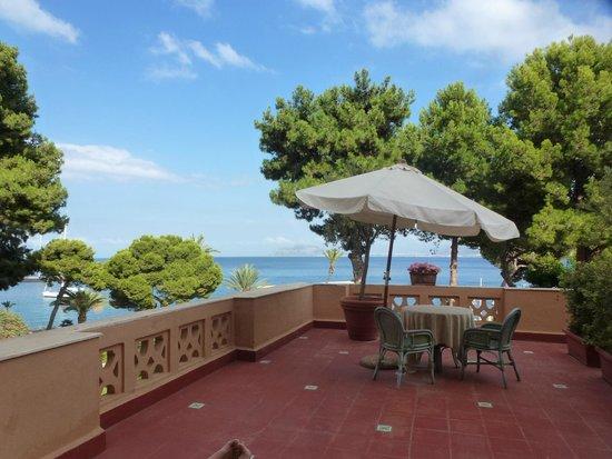 Grand Hotel Villa Igiea - MGallery by Sofitel: terrasse de la chambre avec vue sur le jardin et la mer