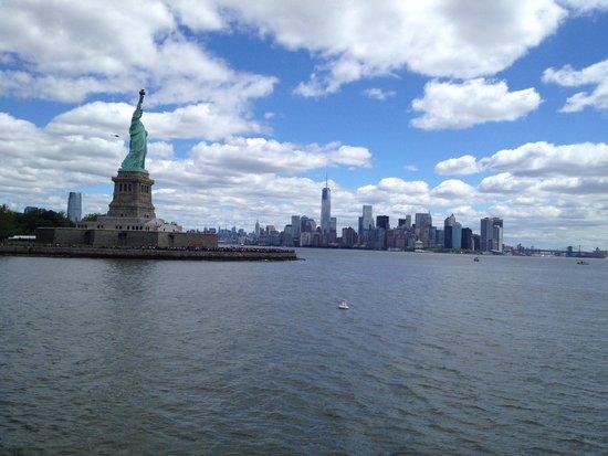 Frihetsgudinnan, i bakrunden Manhattan Skyline.